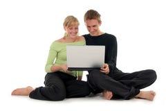计算机夫妇膝上型计算机使用 免版税库存照片