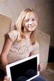 计算机女孩微笑的片剂 库存图片