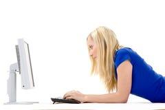 计算机女孩放松使用 免版税库存图片