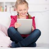 计算机女孩片剂使用 免版税库存图片