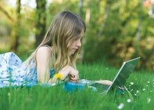计算机女孩笔记本 库存图片