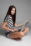 计算机女孩膝上型计算机 库存照片