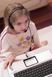计算机女孩膝上型计算机 免版税库存照片