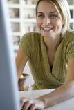计算机她的妇女年轻人 免版税库存照片