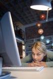 计算机她的妇女 免版税库存照片