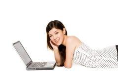 计算机她的膝上型计算机少年年轻人 免版税库存照片
