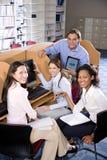 计算机学习大学的图书馆学员 库存照片