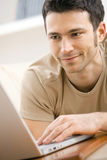 计算机家庭膝上型计算机人使用 免版税库存图片