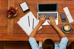 计算机工作 工作在咖啡馆的女商人 做自由职业者,通信 免版税库存图片