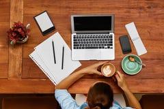 计算机工作 工作在咖啡馆的女商人 做自由职业者,通信 免版税图库摄影