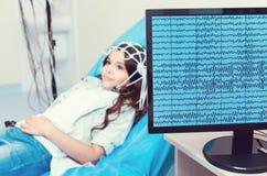 计算机录音接受脑波记录仪的小女孩脑波 免版税库存照片
