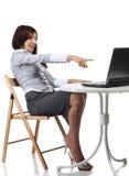 计算机愉快的坐的妇女 免版税库存图片