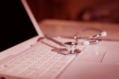 计算机或数据分析-在笔记本键盘的听诊器 图库摄影