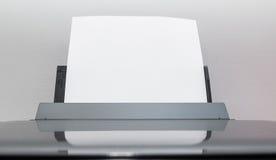从计算机打印机出来的空白的纸片 免版税库存图片