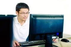 计算机操作的人 免版税图库摄影