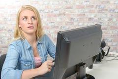 计算机无线妇女运作的年轻人 免版税库存照片