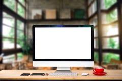 计算机显示器、键盘、咖啡杯和老鼠与被隔绝的空白或白色屏幕 库存照片