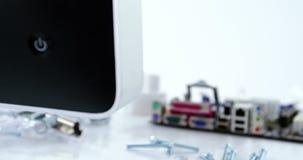 计算机显示器和零件特写镜头修理的 影视素材