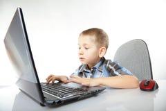 计算机有膝上型计算机笔记本的瘾孩子 库存图片