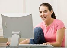 计算机桌面妇女运作的年轻人 库存图片