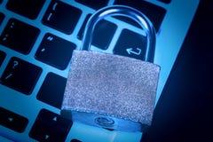 计算机概念互联网关键董事会挂锁安全 互联网数据保密性信息保障概念 免版税库存图片
