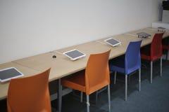 计算机片剂在教室 免版税库存照片