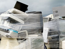 计算机电子堆被包裹的收缩浪费 库存照片
