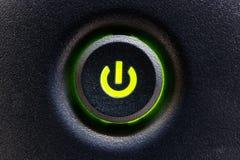 计算机电源开关或按钮有绿色聚焦的我 库存照片