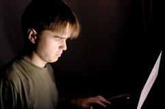 计算机的人在晚上 免版税库存图片