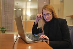计算机的企业女孩 免版税图库摄影