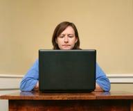 计算机皱眉的妇女 免版税图库摄影