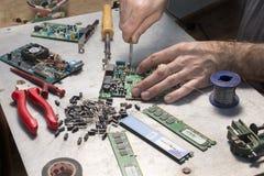 计算机硬件修理  调制解调器修理 电容器的替换 免版税库存照片