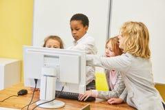 计算机科学类的孩子在个人计算机 库存图片