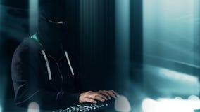计算机程序设计者键入在键盘的,黑客未来派网络犯罪 免版税库存照片