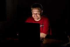 计算机笔记本微笑的用户 图库摄影