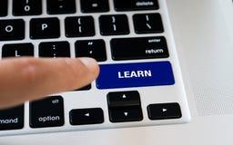 计算机笔记本键盘与学会有黑键盘的关键,银色膝上型计算机,手指要按键 免版税图库摄影