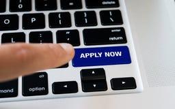 计算机笔记本键盘与现在应用有黑键盘的关键,银色膝上型计算机,手指要按键 免版税库存图片