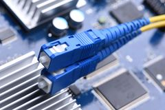 计算机网络,纤维缆绳在电子委员会的插接线 库存图片
