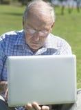 计算机老膝上型计算机人 免版税库存照片