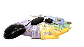 计算机老鼠、岩礁钥匙和现金金钱在隔绝 免版税库存图片