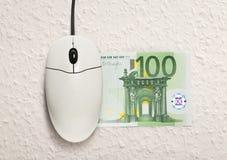 计算机老鼠和一百欧元钞票 库存照片