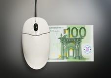 计算机老鼠和一百欧元钞票 免版税库存照片