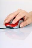 计算机老鼠和妇女的手 免版税库存图片