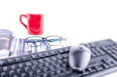 计算机老鼠和键盘有杯子和眼睛玻璃的 免版税库存图片