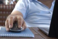 计算机老鼠特写镜头男性手 免版税库存照片