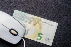 计算机老鼠,在黑暗的背景的金钱 免版税库存图片