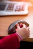 计算机老鼠,手,接触,控制,互联网,孩子,危险,教育 免版税库存图片