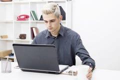 计算机膝上型计算机人年轻人 免版税库存图片