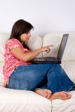 计算机膝上型计算机妇女年轻人 免版税库存图片
