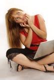 计算机膝上型计算机相当松弛使用妇女 图库摄影